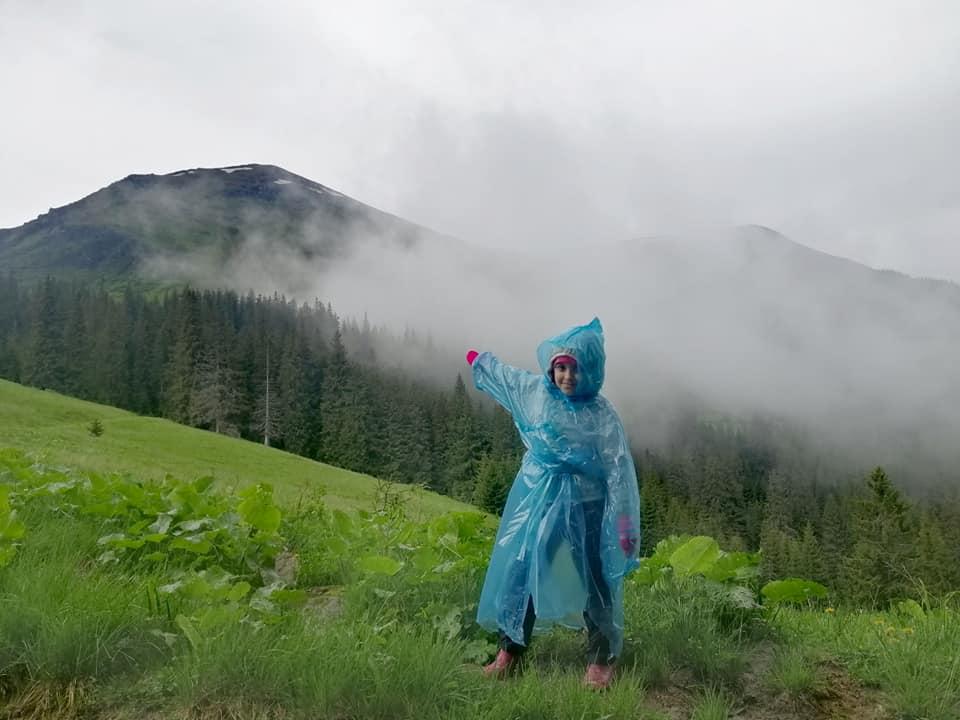 як шестирічна мандрівниця подорожує карпатами